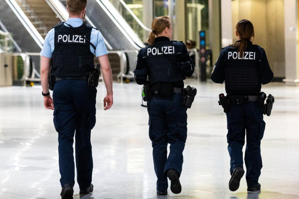 Drei Polizisten gehen durch das Terminal 1 am Flughafen Frankfurt.