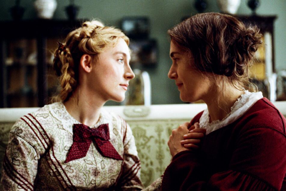 Charlotte Murchison (Saoirse Ronan; l.) und Mary Anning (Kate Winslet) kommen einander bald näher.