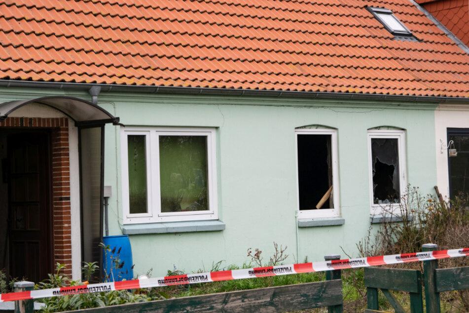 Die Polizei sperrte das Haus nach den Löscharbeiten ab.