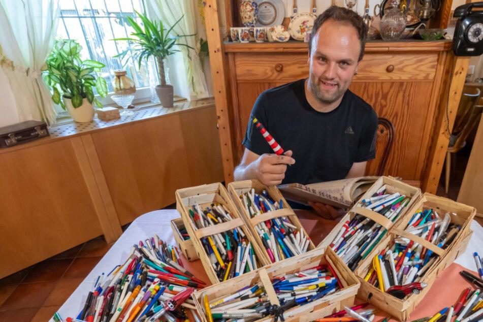 Tim Zitzkat (34) hat für sein Kugelschreiber-Fest schon über 3500 Stifte bekommen.