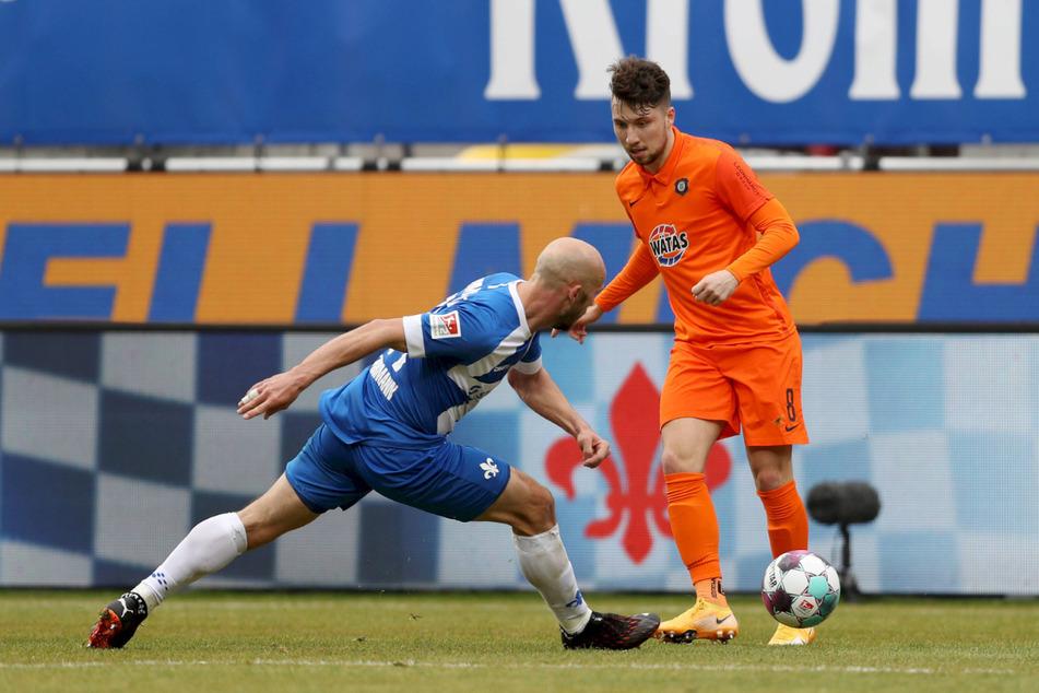 Gegen Darmstadt kam Tom Baumgart (23, r., hier im Zweikampf mit Patrick Herrmann, 33) immerhin eine Halbzeit zum Einsatz.