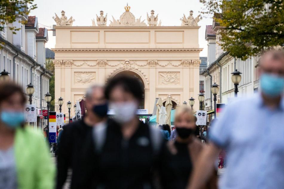 Auch in Potsdam gilt mittlerweile eine Maskenpflicht an verschiedenen öffentlichen Orten. Die Mitarbeiter der Brandenburger Ordnungsämter haben seit März mehrere Tausend Verstöße gegen Corona-Regeln registriert. (Symbolfoto)