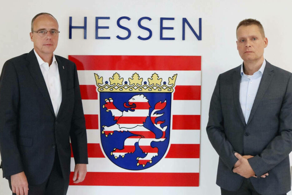 """Hessens Innenminister Peter Beuth (CDU, l.) und Hanspeter Mener, der als Sonderermittler die Ermittlungen zu den """"NSU 2.0""""-Drohmails in Hessen führt."""