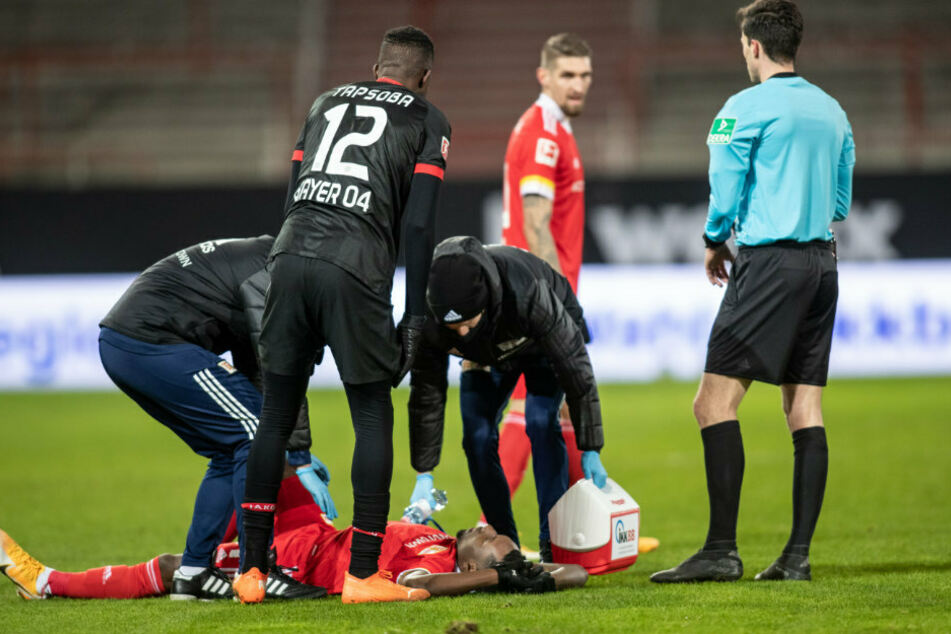 Sheraldo Becker (25) von Union Berlin liegt verletzt am Boden und muss anschließend ausgewechselt werden.