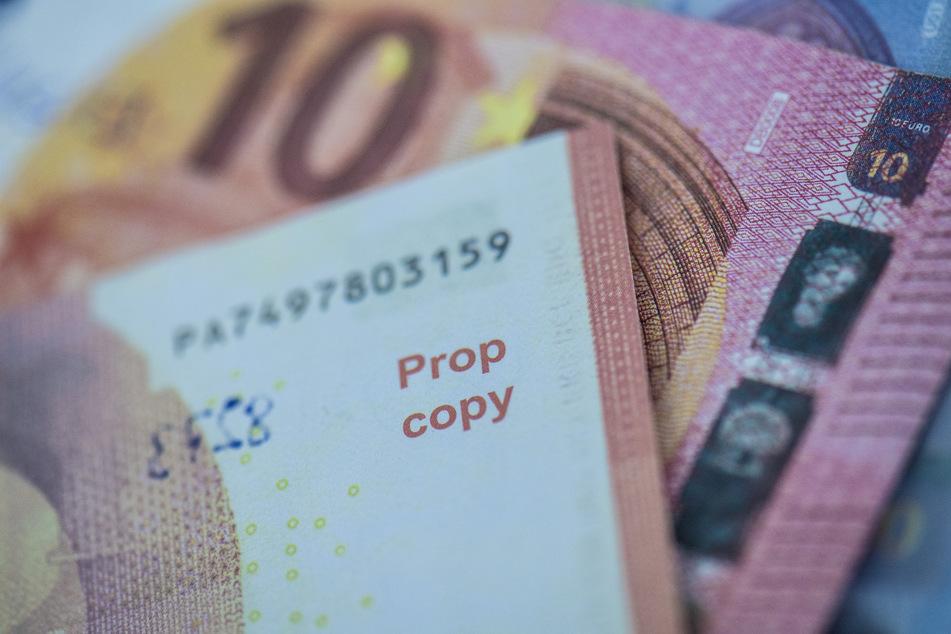 Sichergestellte, gefälschte Euro-Banknoten werden bei der Bundesbank präsentiert.