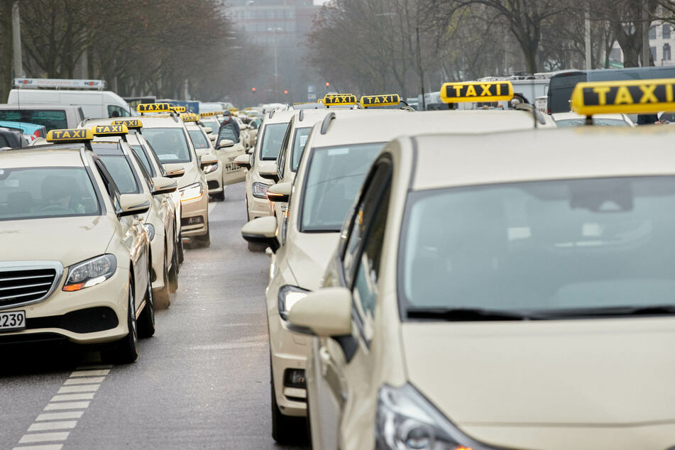 Corona: Taxifahrer mit Autokorso durch die Hamburger Innenstadt