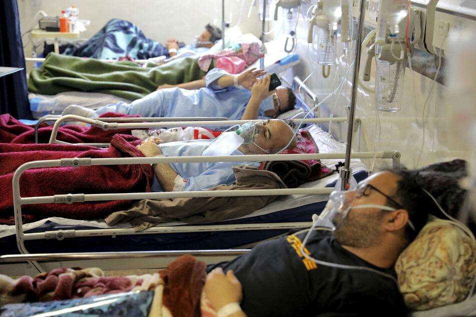 COVID-19-Patienten werden im Shohadaye Tajrish Hospital in Tehran behandelt. Nachdem die iranischen Behörden im vergangenen Jahr für die Verharmlosung des Virus kritisiert wurden, haben sie Teil-Lockdowns und andere Maßnahmen eingeführt, um die Corona-Pandemie zu bremsen.