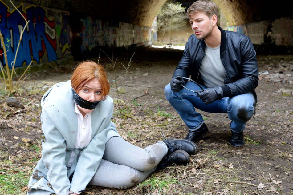 Bastian (r.) hat Toni (l.) in eine Falle gelockt. Er ist fest entschlossen, die Polizistin zu töten.