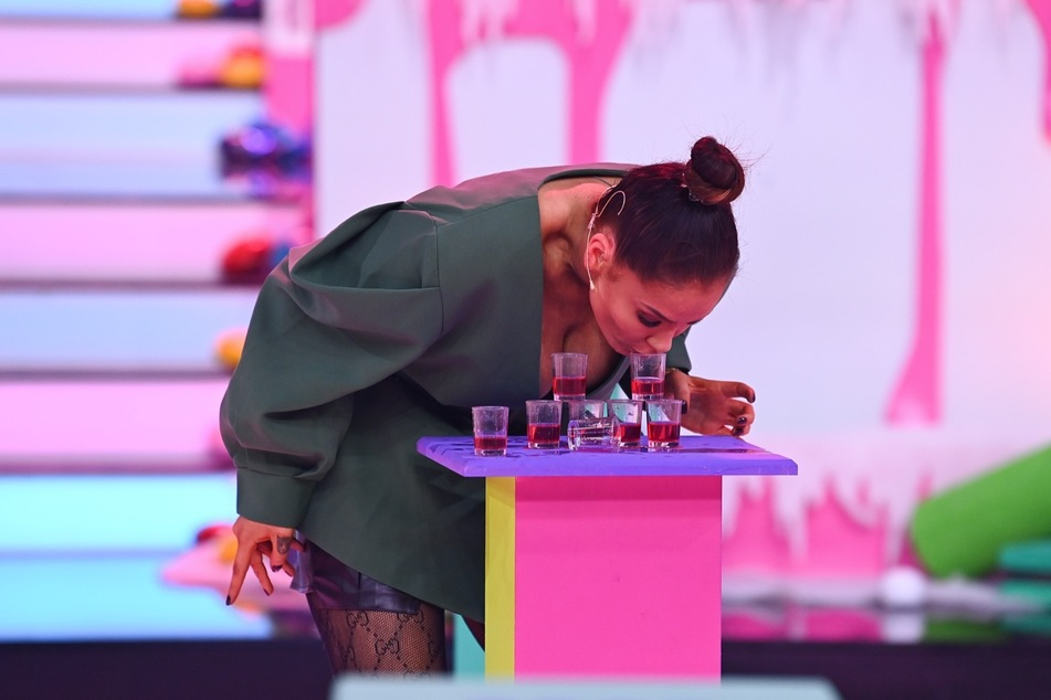 Im Halbfinale war Janines Glück dann jedoch verbraucht. Als die Schauspielerin diese Schnapsgläser zu einer Pyramide stapeln sollte, half auch ihr Blickfang nicht mehr.