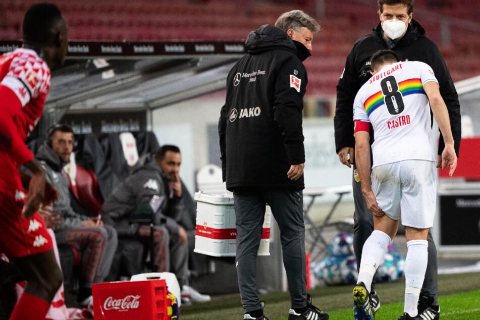 Gonzalo Castro fasst sich nach seiner Verletzung gegen Mainz 05 an den Oberschenkel.