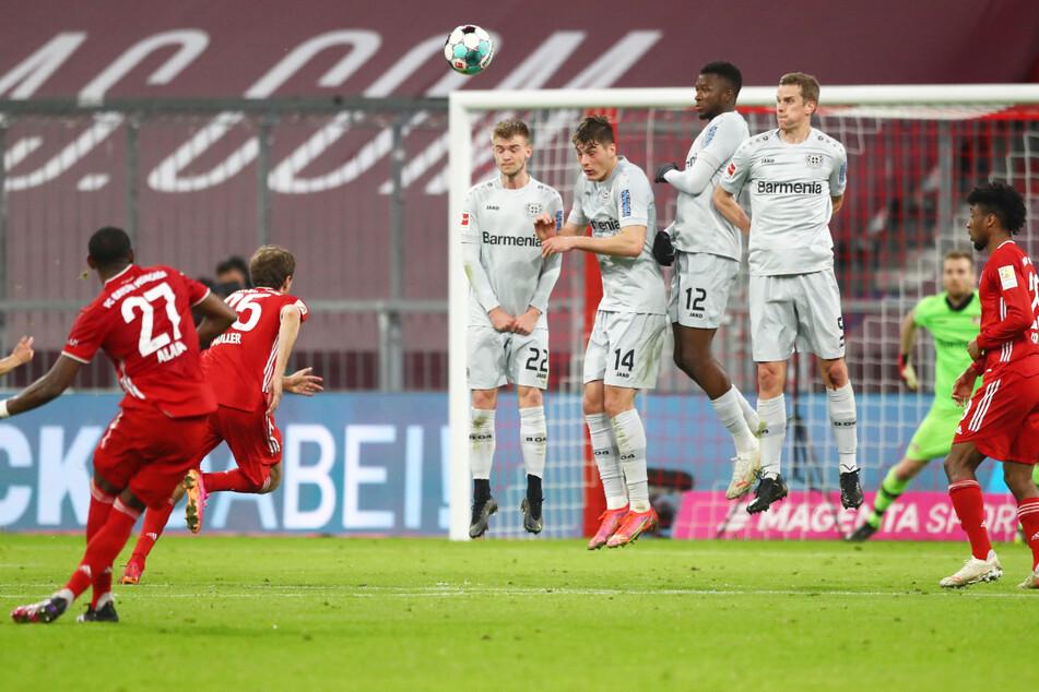 David Alaba (l.) vom FC Bayern München scheiterte in der 44. Minute gegen Bayer 04 Leverkusen mit einem sehenswerten Freistoßversuch.