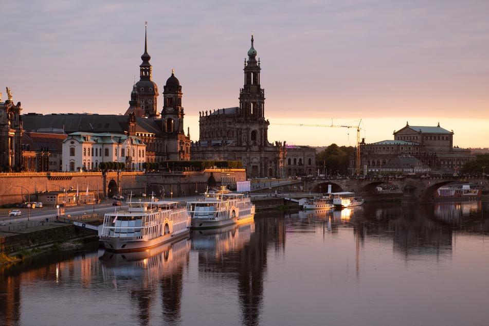 Die Damfper der Sächsischen Dampfschiffahrt liegen bei Sonnenuntergang vor der Kulisse der Altstadt am Terrassenufer.