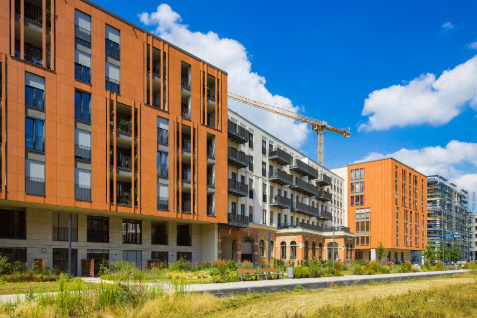 """Im kriegszerstörten Gebäude der Oberpostdirektion entstand die """"Residenz am Postplatz"""" mit 246 Mietwohnungen und vier Gewerbeeinheiten. Im Internet wird aktuell ein modernes 2-Zimmer-Apartment (48,55 qm, Erstbezug) für 558,32 Euro Kaltmiete angeboten."""