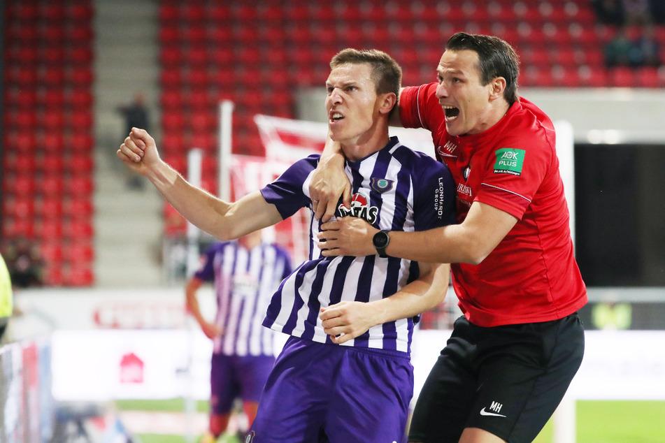 Pure Emotionen! Aues Interimscoach Marc Hensel (35, r.) jubelt nach dem 2:2 mit Torschütze Gaetan Bussmann (30).