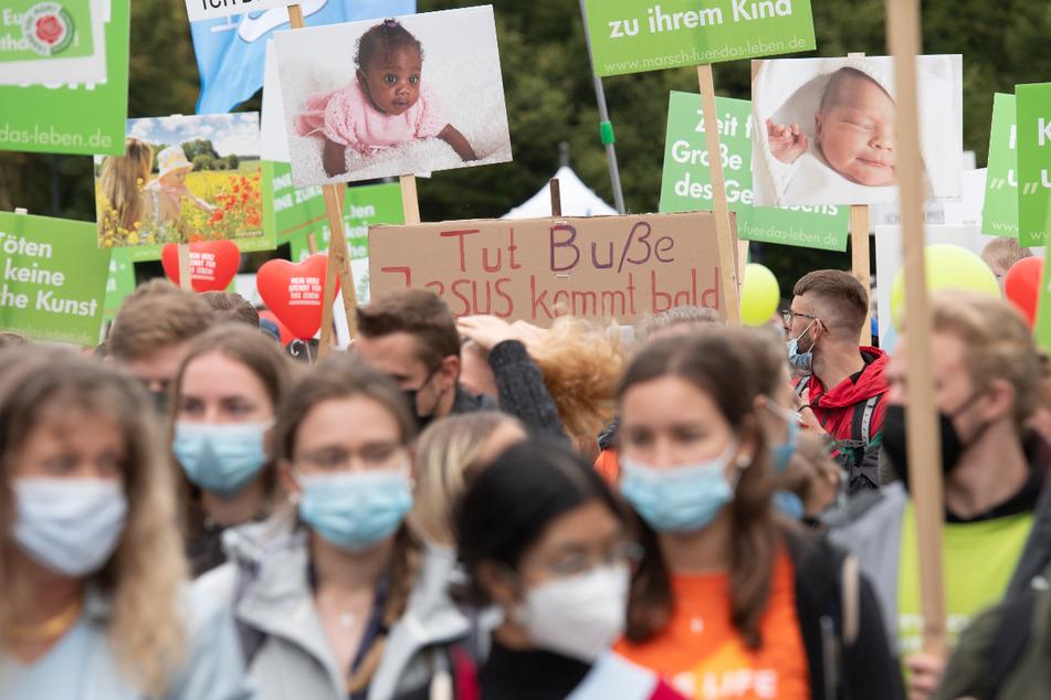 """Tausende Abtreibungsgegner nehmen an der Demonstration """"Marsch für das Leben"""" teil. Auch zur Gegendemonstation kamen Tausende Teilnehmer."""