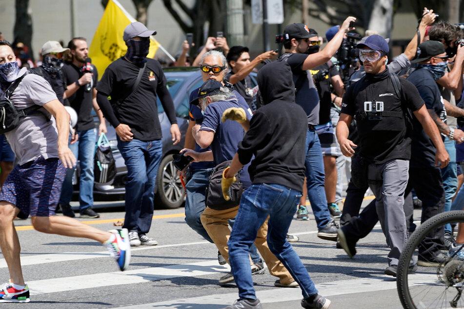Impfgegner und Gegenprotest gerieten in Los Angeles aneinander.
