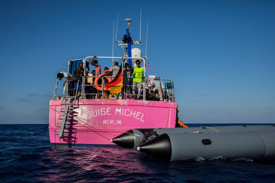"Migranten stehen an Bord des Rettungsschiffes ""Louise Michel""."