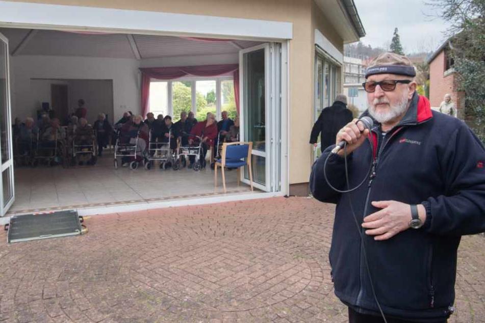 Schlagersänger Freddy Caruso tritt während der Corona-Pandemie kostenlos vor Altenheimen in der Region Hannover auf.
