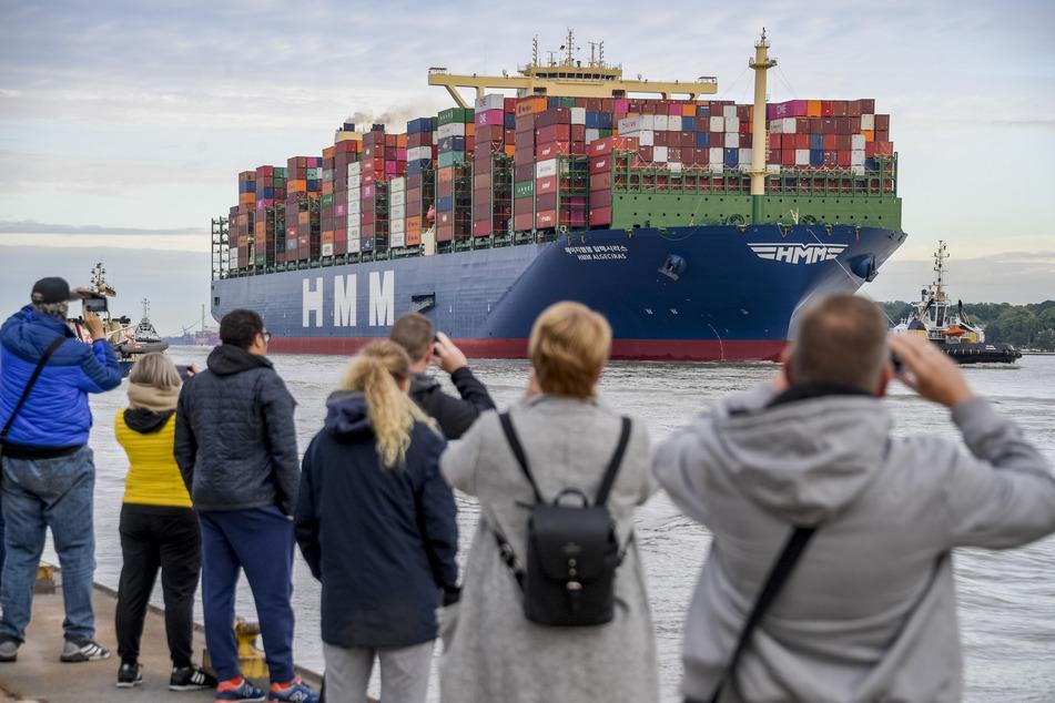 Hunderte begrüßen größtes Containerschiff der Welt in Hamburg