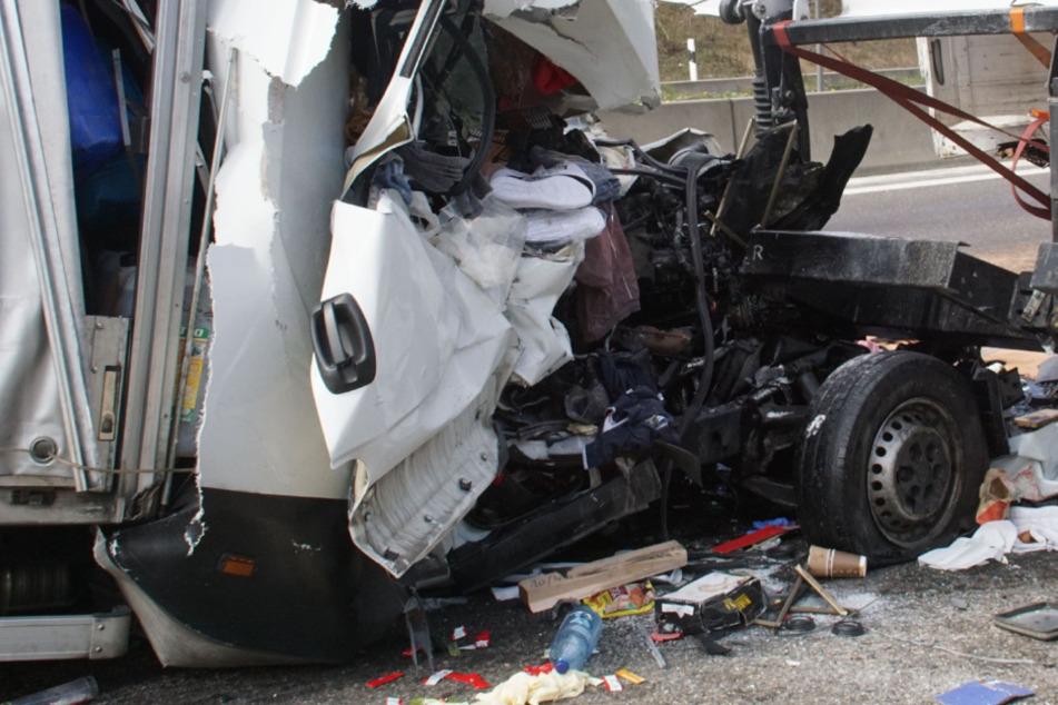 Drei Lastwagen fahren aufeinander: Fahrer stirbt an der Unfallstelle