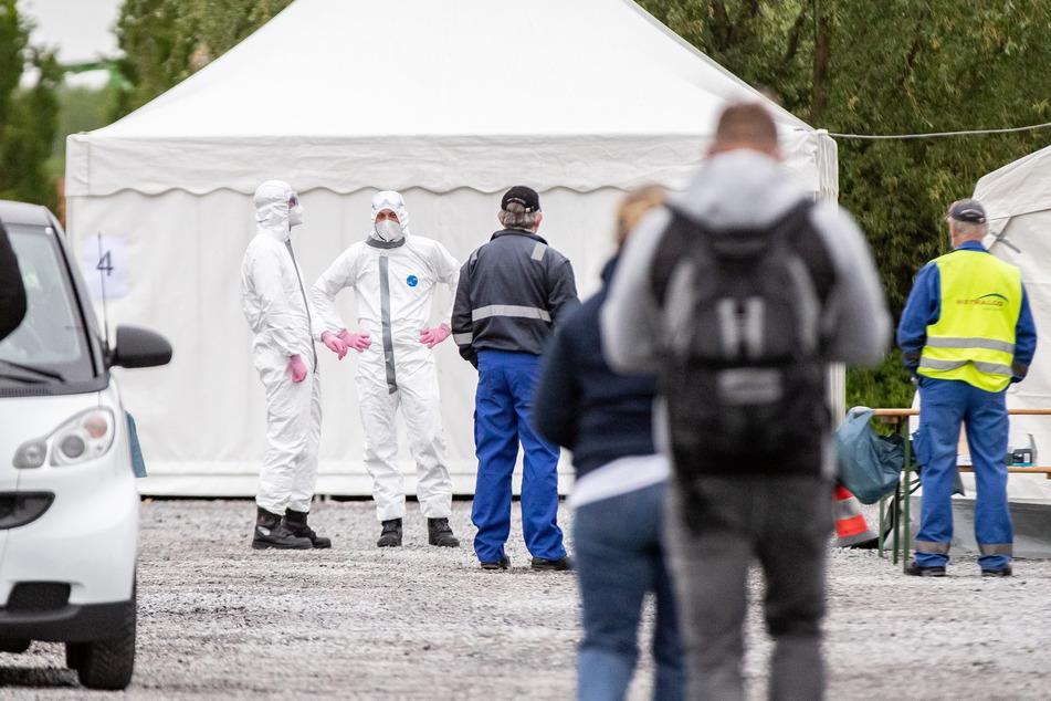 Hamm: Zahlreiche Mitarbeiter stehen auf dem Werksgelände des fleischverarbeitenden Betriebes Westfleisch Schlange, um sich auf das Coronavirus testen zu lassen.