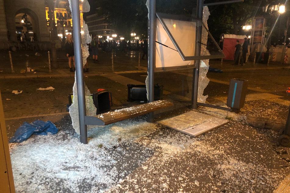 Eine völlig zerstörte Haltestelle am Frankfurter Opernplatz.
