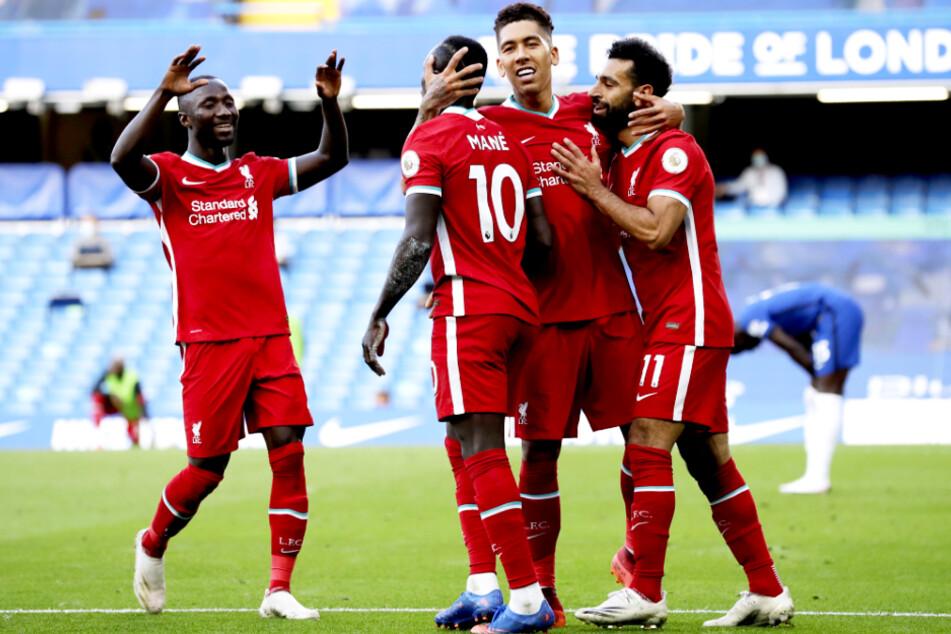 Sadio Mané (2.v.l.) schoss den FC Liverpool zum Auswärtssieg. Hier beglückwünschen ihn der Ex-Leipziger Naby Keita (l.), der Ex-Hoffenheimer Roberto Firmino (2.v.r.) und Mohamed Salah.