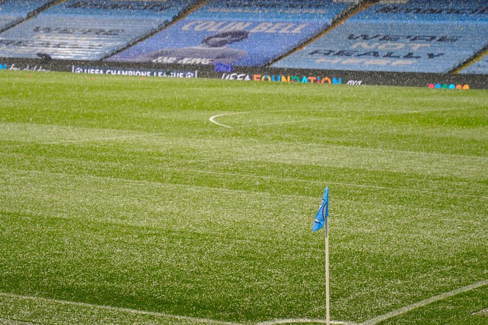 Durch das plötzliche Wetterspektakel mussten die Spielfeldlinien freigeräumt werden, bevor angepfiffen werden konnte.