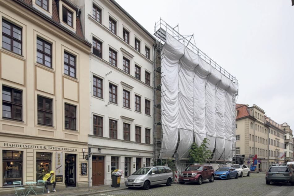 """Das Haus von Bernd Frischleder grenzt direkt an das hinter Planen versteckte """"Hotel Stadt Leipzig""""."""