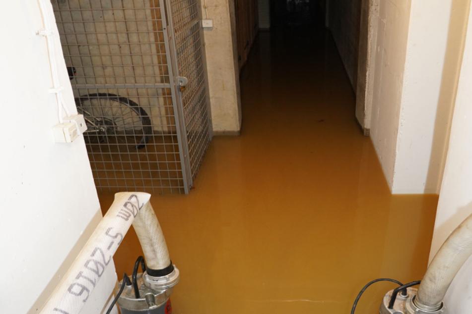 Wasserrohrbruch lässt Keller von Hochhaus volllaufen