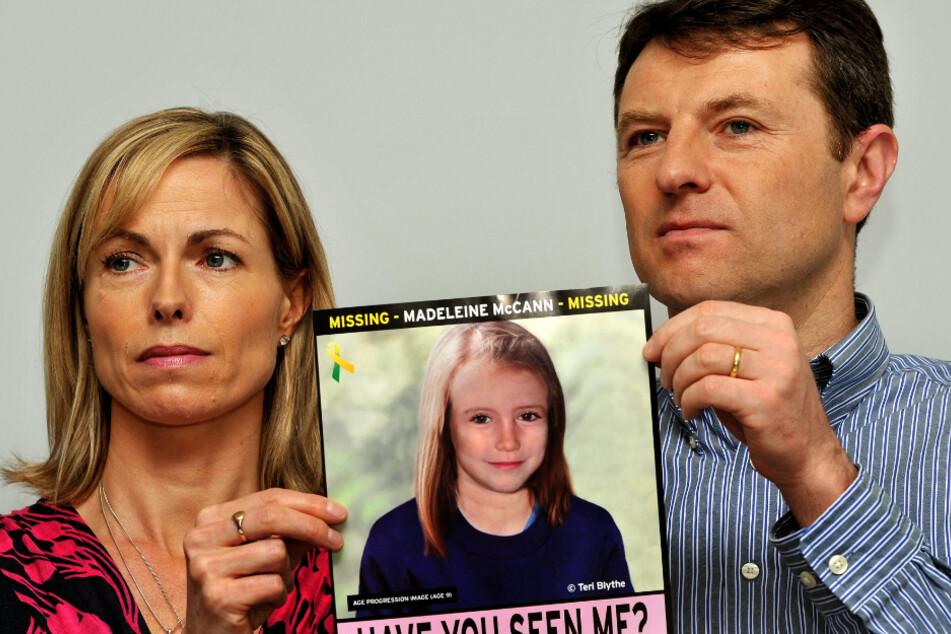 """Kate und Gerry McCann, Eltern der vor 13 Jahren verschwundenen Madeleine """"Maddie"""" McCann halten bei einem Such-Aufruf das Foto ihrer Tochter."""