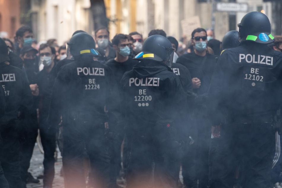 Polizeibeamte gehen in Rauch gehüllt in der Weisestraße.