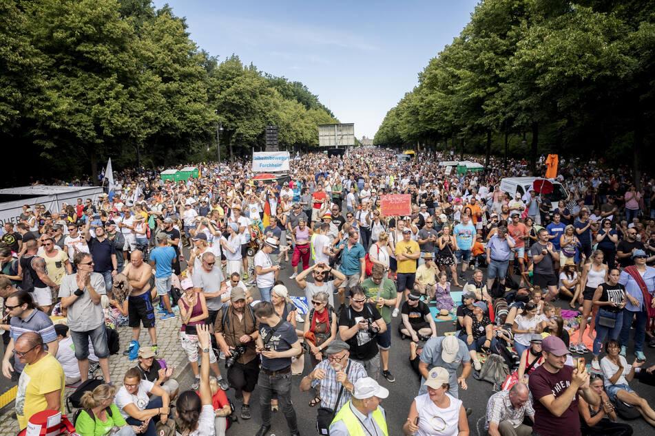"""Tausende bei einer Kundgebung am 1. August 2020 gegen die Corona-Beschränkungen auf der Straße des 17. Juni. Zu der Demonstration gegen Corona-Maßnahmen hatte die Initiative """"Querdenken 711"""" aufgerufen."""