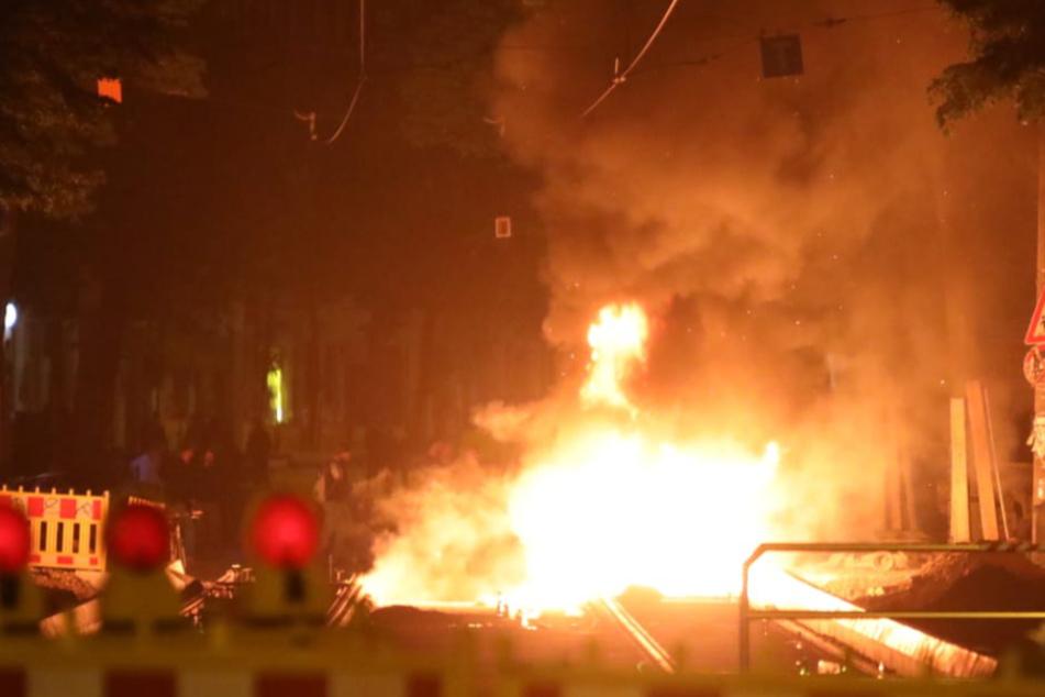 Connewitz: Feuerwehr löscht unter massivem Polizeischutz, Baukran bestiegen