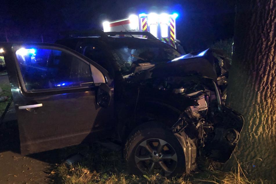 Auto prallt gegen Baum: 22-jähriger Fahrer stirbt