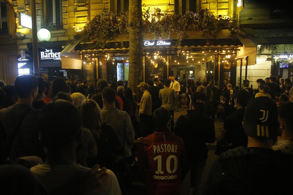 Pariser Fans schauen gemeinsam das Champions-League-Finale zwischen PSG und dem FC Bayern München, viele verstoßen dabei gegen die Corona-Abstandsregeln.