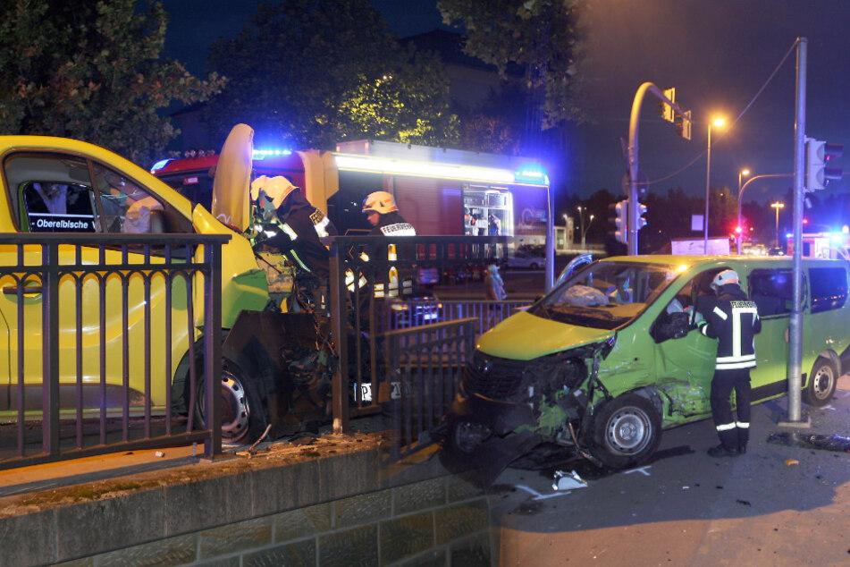 Heftiger Unfall an Kreuzung in Pirna: Zwei Kleintransporter krachen zusammen!