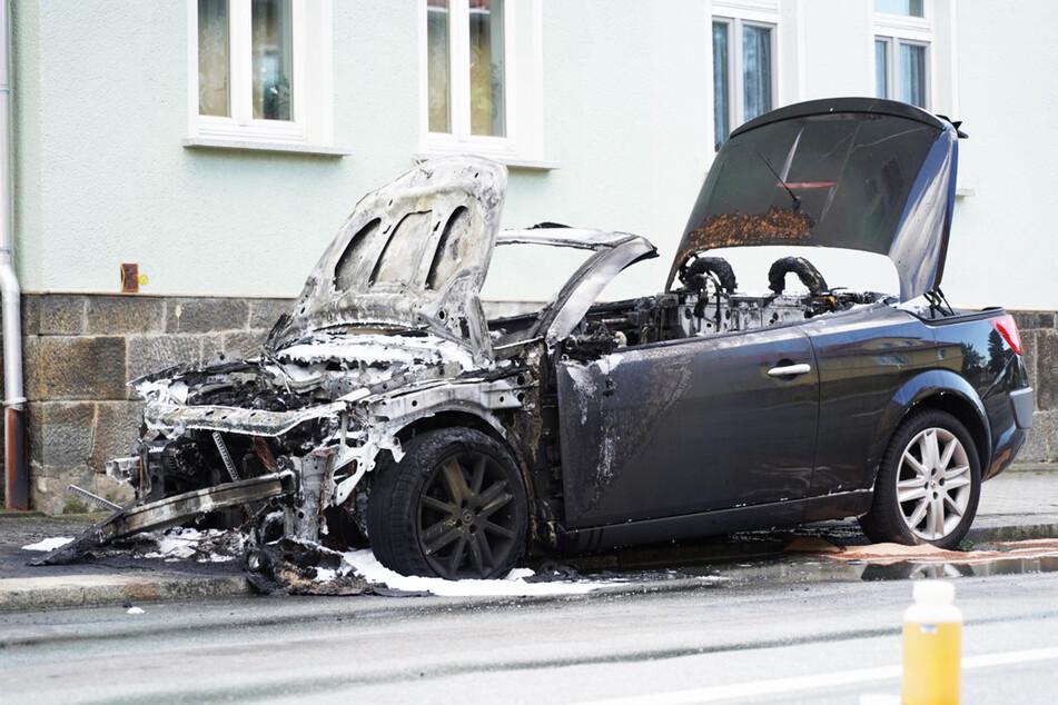 Das Cabrio brannte vollständig aus.