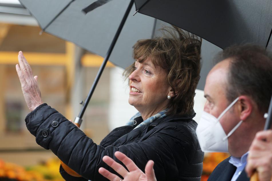 Die Kölner Oberbürgermeisterin Henriette Reker (64, parteilos) hat rund fünfeinhalb Jahre nach dem Messerangriff den Ort des Geschehens besucht.