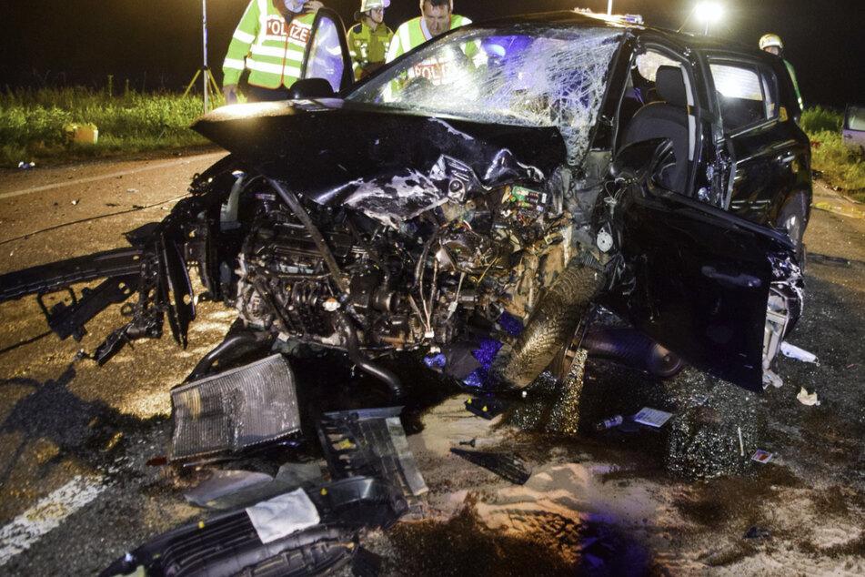 Die Polizei begutachtet das völlig zerstörte Auto.