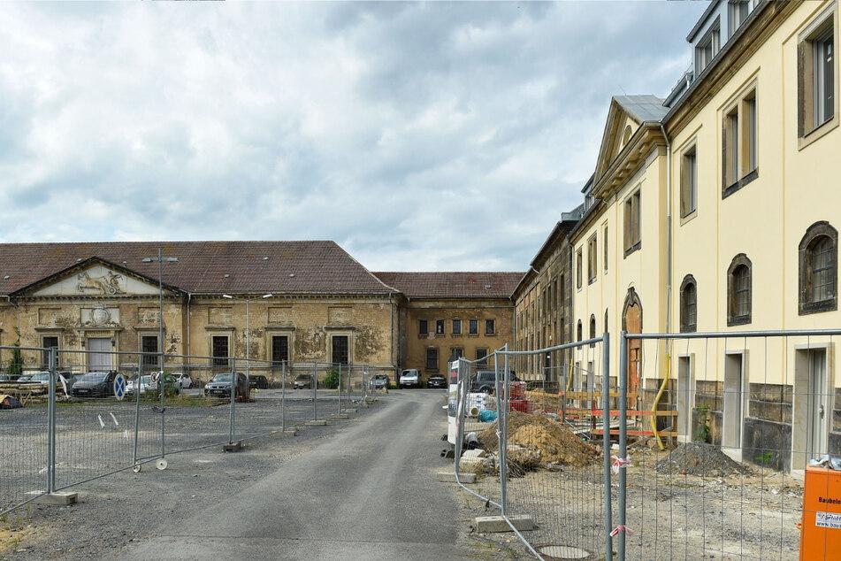 Das Marstall-Areal nahe dem Zwingerteich. Rechts das frisch fertig sanierte Gebäude für den Intendanten der Semperoper.