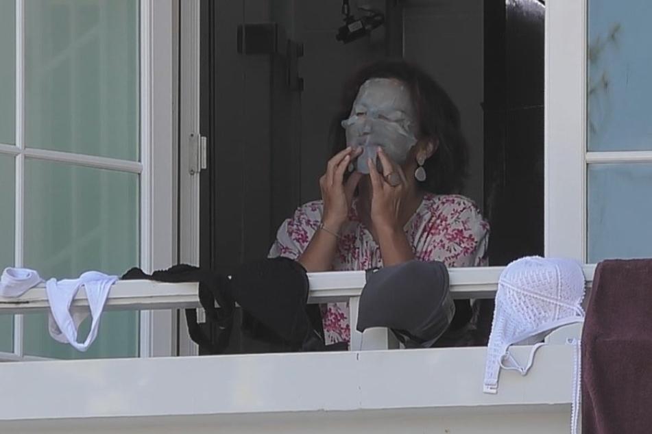 Mit Horror-Antifaltenmaske musste sich Claudia frühmorgens erst einmal orientieren. Da ahnte sie noch nicht, was sie an dem Tag erwartet.