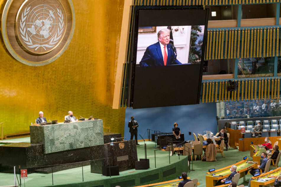 USA, New York: Die vorab aufgezeichnete Videobotschaft von Donald Trump wird zu Beginn der Generaldebatte der 75. UN-Vollversammlung im Hauptquartier gezeigt.