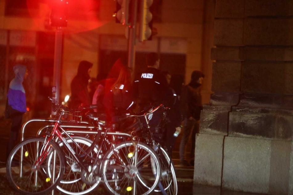 In der Nacht warteten einige linke Demonstranten vor der Polizeidirektion in der Dimitroffstraße.