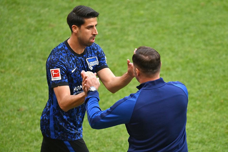Sami Khedira (34, l.) reicht Hertha-Coach Pal Dardai (45) die Hände.