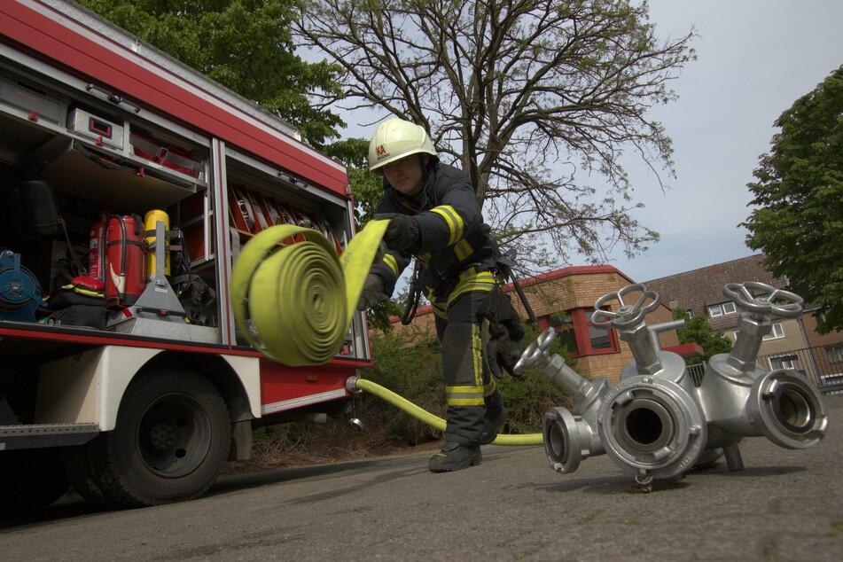 Ein Kamerad bereitet sich auf einen Einsatz vor: Die Freiwillige Feuerwehr Köln führt am Donnerstag eine realistische Lösch-Übung am Deutzer Hafen durch. (Symbolbild)