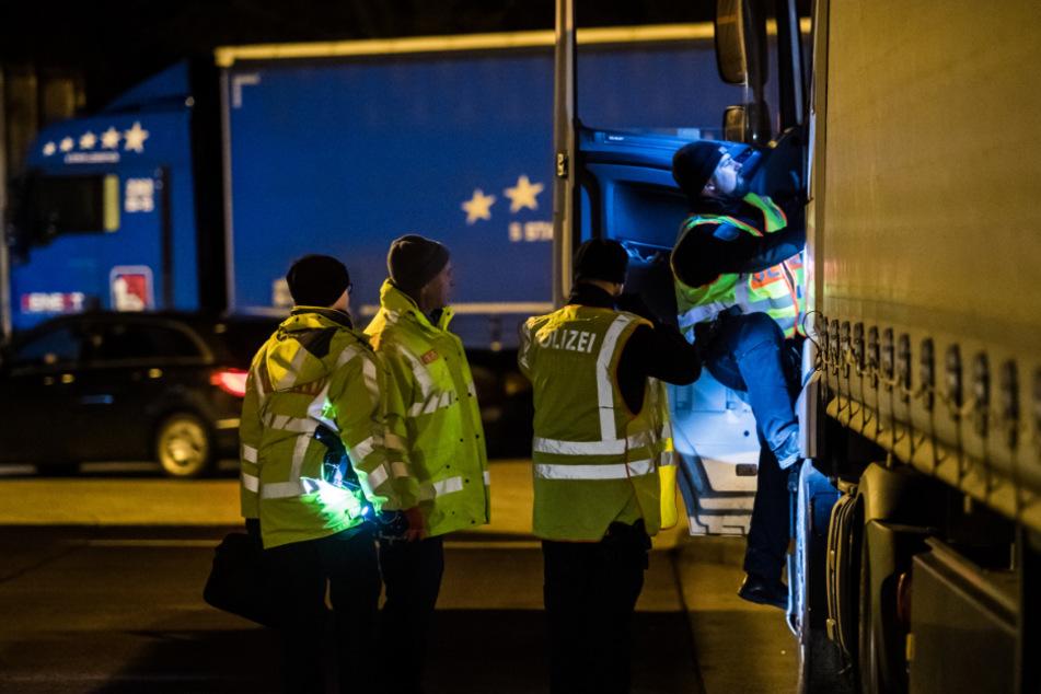 Lkw-Fahrer hört Stimmen aus Laderaum und ruft Polizei: Kripo ermittelt
