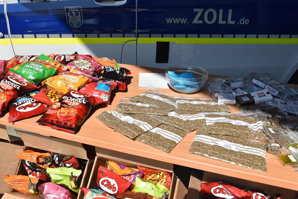 Ganze 173.000 Ecstasy-Tabletten mit einem Straßenverkaufswert von 1,3 Millionen Euro sowie 147.600 Cannabis-Samen hat der Zoll am Flughafen Köln/Bonn entdeckt.