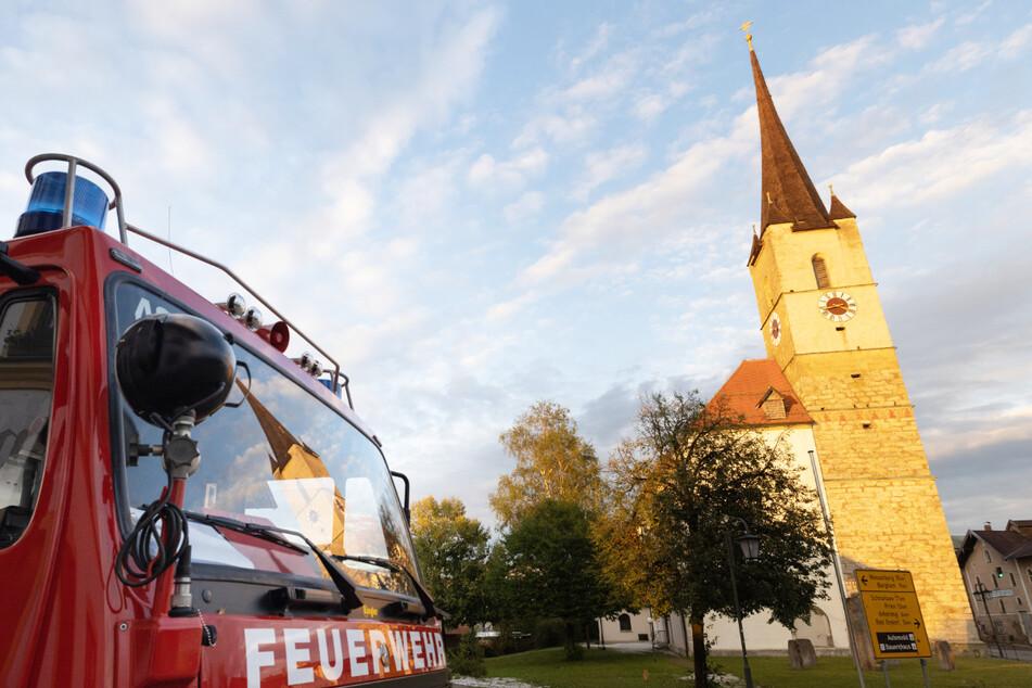 Der durch das heftige Unwetter im südlichen Oberbayern beschädigte Kirchturm von Halfing ist offenbar nicht einsturzgefährdet.