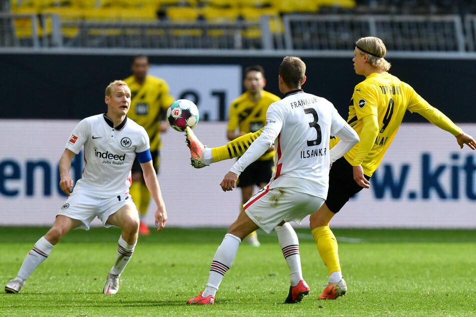 Borussia Dortmunds Erling Haaland (r.) im Zweikampf mit Sebastian Rode (l.) und Stefan Ilsanker von Eintracht Frankfurt.